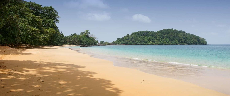 L'île de Principe offre une multitude de petites plages isolées entre végétation luxuriante et le bleu d'une mer calme