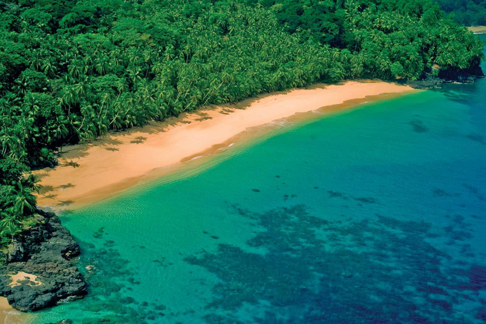 Baía das Agulhas, mer bleue et nature luxuriante, baie protégée de la zone ouest du parc naturel de Principe