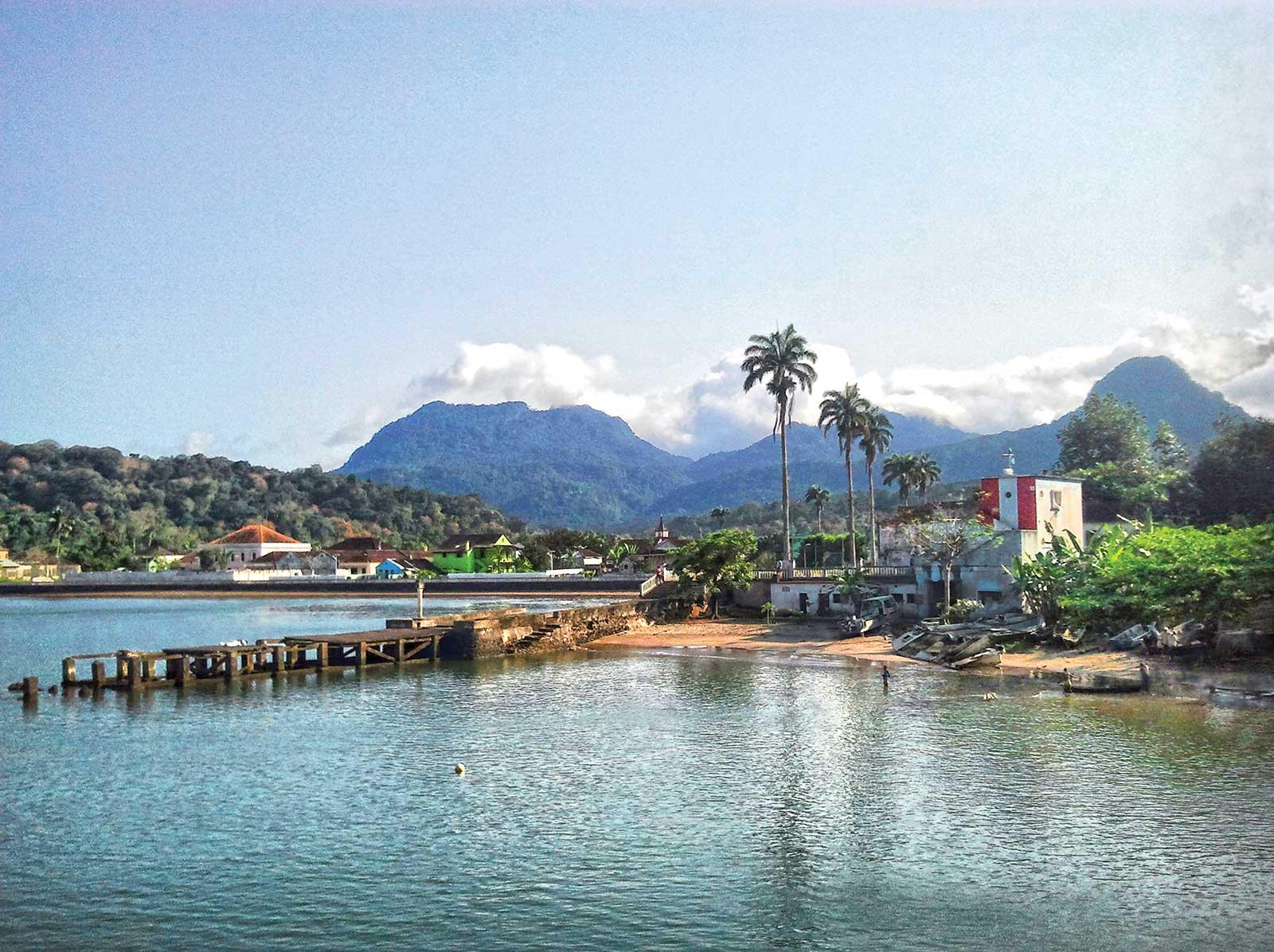Explorer les beautés mais aussi les us et coutumes de l'île de Principe et de Santo António, capitale de l'île mais aussi la plus petite capitale au monde