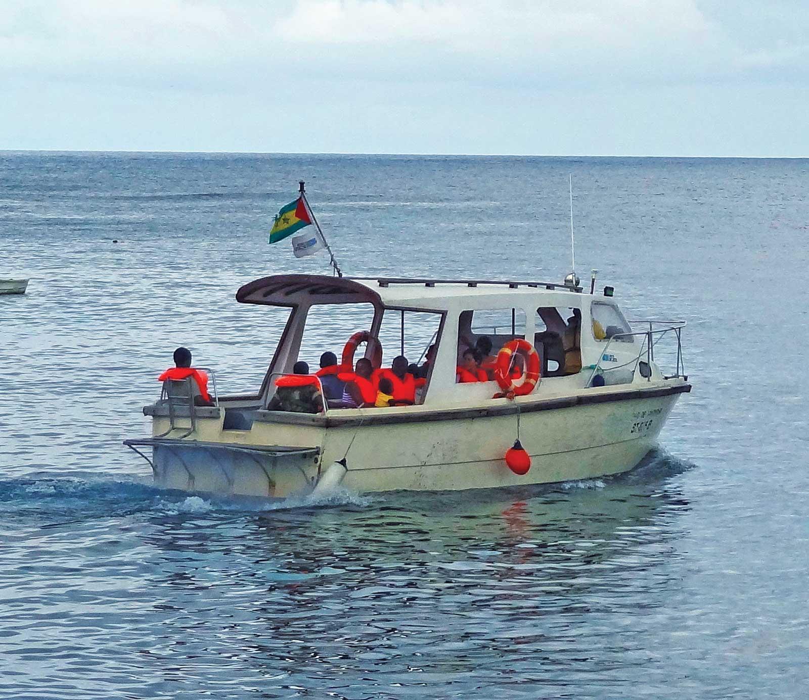 Découvrir l'îlot de Rolas en bateau par les baies et plages et snorkeling pour apprécier les milliers de poissons multicolores se confondant avec les bancs de coraux