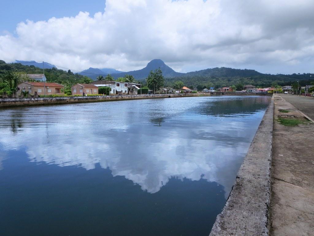 Randonnée à la découverte du pic emblématique de l'île de Principe, le Pico Papagaio, et des oiseaux endémiques, plantes médicinales et singes
